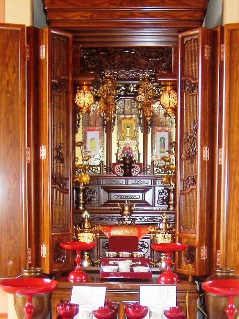 唐木仏壇 仏壇には大きく分けて「金仏壇」と「唐木仏壇」があります。 【金&a
